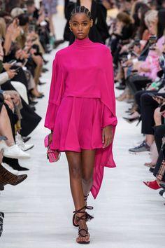 Coleção Pronto-a-Vestir Valentino Primavera 2020 - Vogue ✫♦๏☘‿TU Dec 03 , ༺✿༻☼๏♥๏写☆☀✨ ✤ ❀‿❀ ✫❁`💖~⊱ 🌹🌸🌹⊰✿⊱♛ ✧✿✧♡~♥⛩ 💓🌸💓 ⚘☮️❋⋆☸️ ॐڿ ڰۣ(̆̃̃❤⛩✨真♣ ⊱❊⊰ 💐🌺💐✤. Fashion 2020, Fashion Week, Love Fashion, Runway Fashion, Fashion Brands, Fashion Design, Daily Fashion, Street Fashion, Couture Mode
