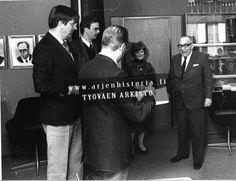 Kirjailija Erkki Vala (oik.) vastaanotti SAK:n kulttuurirahaston henkilökohtaisen tunnustusapurahan, jonka luovuttivat Penntti Öhman (vas.), Jari-Pekka Jyrkänne, Olavi Hänninen ja Terttu Väntänen. 1983
