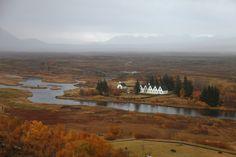 Thingvellir, Islande#À partir du Xe siècle, les chefs locaux se retrouvaient dans le champ de lave de Thingvellir, protégé par deux grandes falaises parallèles. Le site de « l'hémicycle » est classé au Patrimoine mondial par l'Unesco depuis 2004. Ce fut le premier parlement d'Europe (et même du monde).#http://urlz.fr/3hIi#game-of-thrones-filming-locations.silk.co