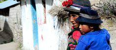 Madre en el camino en el anexo de Ayahuasi (La Unión, Arequipa).