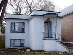 This is another small Streamline Moderne house in Nutana. Apart from the windows and door, there appears to be no sharp corners anywhere. The corners of the house, archway, overhangs and even the stairs are rounded. Bamboo Architecture, Baroque Architecture, Architecture Portfolio, Architecture Details, Arte Art Deco, Art Nouveau, Fairytale House, Streamline Moderne, Art Deco Buildings
