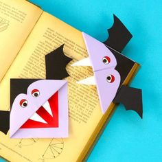 Vampire Corner Bookmark - Fun Looking DIY Halloween Bookmark - Easy Peasy and Fun Halloween Arts And Crafts, Halloween Decorations For Kids, Halloween Crafts For Toddlers, Fete Halloween, Halloween Books, Halloween Cards, Holiday Crafts, Kids Crafts, Toddler Crafts