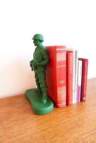 El típico soldadito de plástico hecho sujeta libros.