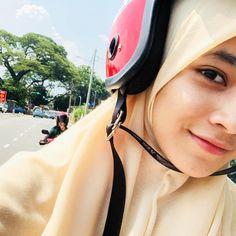 Girl Hijab, Niqab, Aesthetic Girl, Muslim, Riding Helmets, Bae, Hijab Ideas, Pretty, Photography