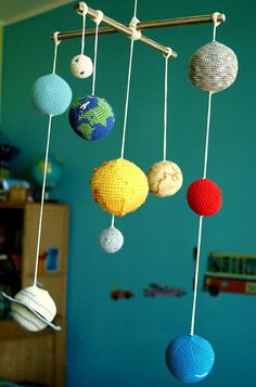 Fuente: https://www.etsy.com/es/listing/153559855/solar-system-planets-mobile-crochet-baby?ref=shop_home_active