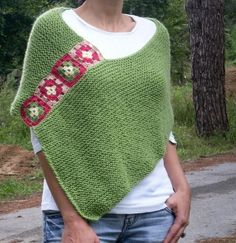 This stylish afghan poncho will keeps you warm in fall & winter season. I embellished it with crochet afgan motifs. There are lots of ways to wear this super stylish Poncho! Poncho Au Crochet, Pull Crochet, Crochet Squares Afghan, Knitted Shawls, Crochet Scarves, Crochet Clothes, Knit Crochet, Granny Squares, Crochet Woman