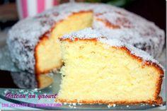 Vous cherchez une recette de gâteau au yaourt léger et très moelleux, et bien voilà une recette simple et accessible à tous qui va surement plaire au amat