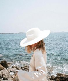 Trendy how to wear hats in summer fedoras Bohemian Lifestyle, Lifestyle Blog, Easy Style, Beach Please, Posing Ideas, Jolie Photo, Vogue, Look At You, Mode Inspiration