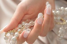 Uñas de color blanco para novia con brillos plateados