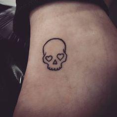 Mini Tattoos, Tiny Skull Tattoos, Tatto Skull, Small Skull Tattoo, Trendy Tattoos, Body Art Tattoos, Tattoos For Guys, Easy Tattoos, Easy Small Tattoos