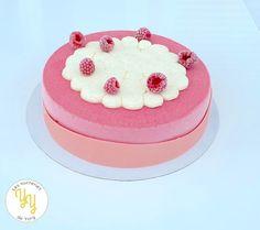 """Pour fêter les mamans comme il se doit, j'ai réalisé l'entremets glacé """"Amour Givré"""" composé: - d'une crème glacée framboise - d'un sorbet pamplemousse - d'une meringue à la rose Pour le décor, un joli velours rose et une chantilly vanillée. Sorbet, Biscuit Oreo, Blog, Cake, Meringue, Grapefruit Juice, Frozen Desserts, Cocoa Butter, Candy"""