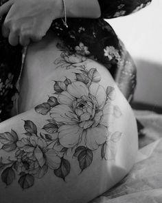 Classy Tattoos For Women, Hip Tattoos Women, Shoulder Tattoos For Women, Cute Tiny Tattoos, Unique Tattoos, Beautiful Tattoos, Bone Tattoos, Body Art Tattoos, Girl Tattoos