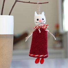 лв5 Имате нужда от закачлива, ръчно изработена, хитра и различна мартеница? Тази е точно такава и със сигурност ще ви накара да се усмихнете. Носи здраве и настроение и е подходяща за малки и големи, особено за любителите на котките.  Размер: 11 х 5 см Материал: вълна Автор: Румяна Йорданова Baba Marta, Joy, Traditional, Christmas Ornaments, Holiday Decor, Color, Christmas Jewelry, Happiness, Colour