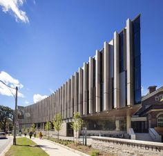 BH and hariri pontarini realizes university of toronto law building as a luminous pavilion Facade Architecture, School Architecture, Amazing Architecture, Curve Building, Building Design, House Columns, Site Plans, Famous Architects, University Of Toronto