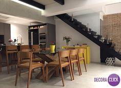 Decoração de Interiores - Salas de Jantar  Uma bela sala de jantar não precisa necessariamente ser espaçosa, ela apenas necessita ser decorada com bom gosto, como no ambiente da foto. As cadeiras são super modernas e descoladas. A mesa com um design super atual deixa o ambiente descontraído e agradável. E as escadas além de super modernas são decorativas.  #Inspiração #SaladeJantar #Escada #CadeirasModernas #DecoraçãoAgradável #Dinnerroom #DecoraClick Projeto: Lica Cukier.
