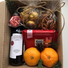 Christmas Gift Box, All Things Christmas, Holiday Gifts, Housewarming Gift Baskets, Diy Gift Baskets, Diy Gift Box, Diy Gifts, Xmas Crafts, Diy And Crafts