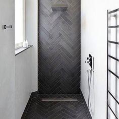 15 Trendy Bathroom Shower Walk In Cabinets Gray Shower Tile, Black Shower, Grey Tiles, Planchers En Chevrons, Contemporary Shower, Herringbone Tile, Grey Bathrooms, Bathroom Black, Bathroom Design Small