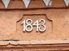 Cacería Tipográfica N° 339: Continuación de la imagen de ayer, este año de construcción 1843 aparece en el primer piso de la casona de la calle La Merced, Centro Histórico de Arequipa.