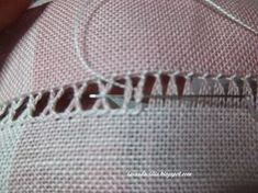 Lavanda e Lillà: Tutorial Americani in Lino Types Of Embroidery, Hand Embroidery Stitches, Silk Ribbon Embroidery, Embroidery Patterns, Machine Embroidery, Drawn Thread, Hardanger Embroidery, Cross Stitch Fabric, Needlepoint Patterns