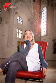 #Frau auf dem #Roten Sessel. Im #Kreuzherrnsaal #Memmingen. Bean Bag Chair, Style, Photoshoot, Woman, Bean Bag Chairs, Beanbag Chair