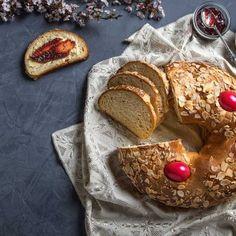 Πασχαλινή κουλούρα / Easter sweet bread. Μοναδική συνταγή για πασχαλινό κουλούρι που θα εντυπωσιάσει! #greekfood #greekrecipes #greekfoodrecipes #easterbread #sweetbread #breadrecipes #homemaderecipe #homemadebread #easterrecipes #easter #greekeaster #greekbread  #easybread #easyrecipe #easterideas #breadart #sweetrecipes #eastereggs #greece #greektradition #sintagespareas #συνταγές #πάσχα #κουζινα Easter Recipes, Banana Bread, French Toast, Breakfast, Food, Morning Coffee, Meals, Yemek, Eten