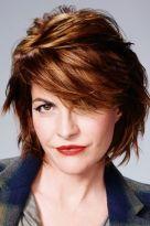 Stufenfrisur für mittellanges Haar mit glänzend roten Highlights