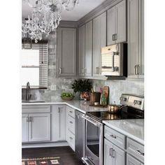 """Começo meu dia hoje com essa linda cozinhaestilo clássico americano. Percebo uma tendência muito forte de fugir das cozinhas """"total White"""". Estou amando!!!!!!!"""