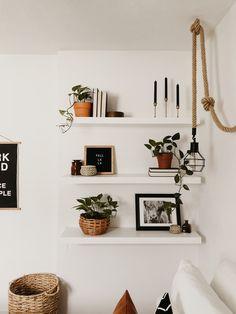 Floating Shelves Bedroom, Floating Shelf Decor, Bedroom Wall Shelves, Bookshelves In Bedroom, Home Decor Shelves, Living Room Shelves, Boho Living Room, Deco Studio, Deco Boheme