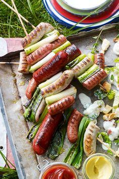 Wie selbst #Wurst zum ultimativem Schmaus beim #Grillen wird? Das verraten wir dir hier! #Idee #Rezept #Sommer Bbq Grill, Barbecue, Grilling, Pizza Burgers, Grill Time, Party Snacks, Tuna, Sausage, Buffet