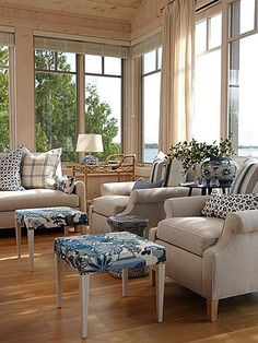 Mixing Patterns: Sunroom in blue and white