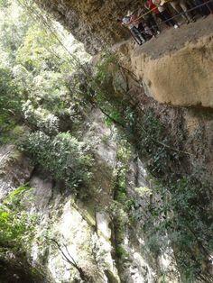 Pandi, cundinarmarca, colombia Hermosa caida de aproximadamente 10 metros y lo mejor es q el agua pasa por abajo de la tierra
