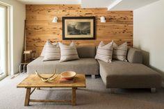 revêtement mural bois naturel et table basse assortie