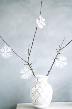 Snowflakes and simplicity Blue Christmas, Christmas Is Coming, Winter Christmas, Christmas Time, Xmas, Christmas Projects, Christmas Ideas, Christmas Decorations, Jingle Bell