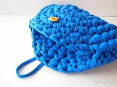t shirt yarn crochet clutch bag, no pattern but could work it out Crochet Clutch Bags, Crochet Wallet, Crochet Handbags, Crochet Purses, Crochet World, Crochet Crafts, Crochet Yarn, Yarn Inspiration, T Shirt Yarn