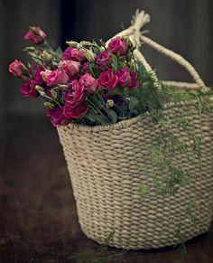 Maços de mini rosas dentro de sacolas de palha. Ideia prática para incrementar a decoração de uma festa no campo.