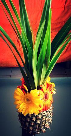 Unique center piece. Love the idea of a pineapple.