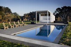 Die umfangreiche Terrasse und Pool-Bereich ist Gastgeber einer großen Pool-Haus, erbaut gleichen minimalistischen Stil wie die Scheune Zuhause. Eine Außenküche Bereich ergänzt, die der große Patio, stehen unter einer erweiterten Dach geschützt.
