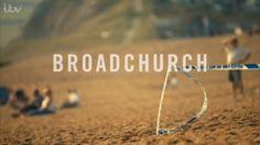 'Broadchurch, Saison 1. Une enquête policière classique devient le théâtre de l'écroulement d'un paisible village balnéaire : le choc anglais de 2013.'