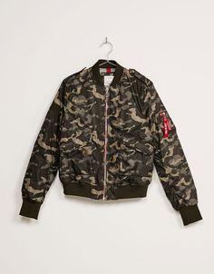 Cazadora bomber camuflaje. Descubre ésta y muchas otras prendas en Bershka con nuevos productos cada semana