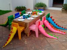Rabos de dinossauro nas cadeiras para a festa ficar ainda mais divertida 🙂 Dinosaur tails on the chairs for the party to be even more fun :] Dragon Birthday, Dragon Party, Dinosaur Birthday Party, Third Birthday, 4th Birthday Parties, Birthday Fun, Birthday Ideas, Birthday Chair, Kid Parties
