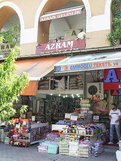 Kurçu Han, the yarn quarter of Istanbul Not far from the bazar. It's just amazing. Yarn shop, after yarn shop | Happy in Red