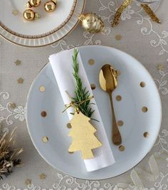 Best Christmas Table Decor ideas for Christmas 2019 where traditions meets grandeur - Hike n Dip Make your Christmas special with the best Christmas Table decoration ideas. These Christmas tablescapes are bound to make your Christmas dinner special. Magical Christmas, Noel Christmas, Christmas 2019, Beautiful Christmas, Winter Christmas, Christmas Crafts, Scandinavian Christmas, Modern Christmas, Christmas Lunch Ideas