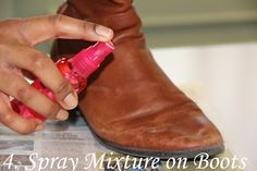 Salzränder entfernen: mit trockener Bürste und Duschgel vorreinigen. Eine Mischung aus halb Essig, halb Wasser auf die Ränder sprühen und abreiben. Den Essig mit Wasser abwaschen. Gegen Austrocknen des Leders Schuhe mit Haarspülung einreiben.