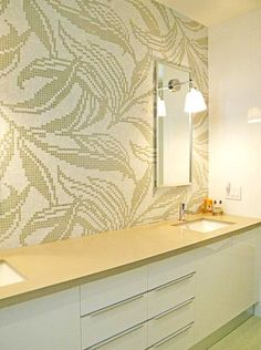 Bathroom in customized Virgin Wallpaper. Do you like the decor in Natural style? Bathroom Trends, Tiles, Mosaic, Mirror, Wallpaper, Design Ideas, Inspiration, Natural, Home Decor