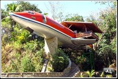 What creative idea! Joanne Ussary bought a used Boeing 727. She paid $ 2,000 for the plane, it cost him $ 4,000 to do move and $ 24,000 to renovate. She had a lot of wood and a very special windows for $ 24,000 ... I wish I knew her carpenter. All in all a very good investment for $ 30,000. The stairs open with a garage door control, one of the bathrooms remained original. There is also a jacuzzi in the cockpit. The Boeing home is part of a collection in the category * creative…