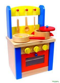 Giocattolo CUCINA CON ACCESSORI in Legno cm 24x19x38 per bambini eta' 3 AnniColorata ed attrezzata con 7 accessori, questa è una grande cucina per le piccole mamme delle bambole! Per la sua dimensione modica può anche essere facilmente trasportata. Con 3 ganci per gli accessori, 3 bottoni rotanti con rumore a clic, con magnete per garantire la chiusura del coperchio e per aumentarne il valore del gioco!Dimensioni cm 24 x 19 x 38Colori atossici -Marchio CEAdatto per bambini di età ...
