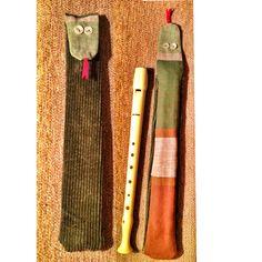 Snake: una funda para la flauta de Adela. Ingredientes: pantalones rescatados del contenedor de reciclaje y cubre camas vintage.