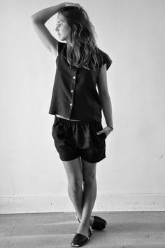 chemise manches courtes en lin noir Uniforme, short en lin noir Uniforme, sandales Minorquines