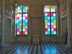 Les fenêtres colorées de Daniel Buren au musée Picasso, oeuvre in situ - archéologie du futur / archéologie du quotidien