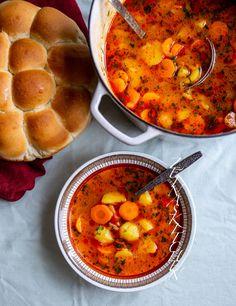 Krompir corba- Potatissoppa från Balkan - Zeinas Kitchen Easy Soup Recipes, Veggie Recipes, Vegetarian Recipes, Dinner Recipes, Cooking Recipes, Healthy Recipes, Turkish Recipes, Ethnic Recipes, Zeina